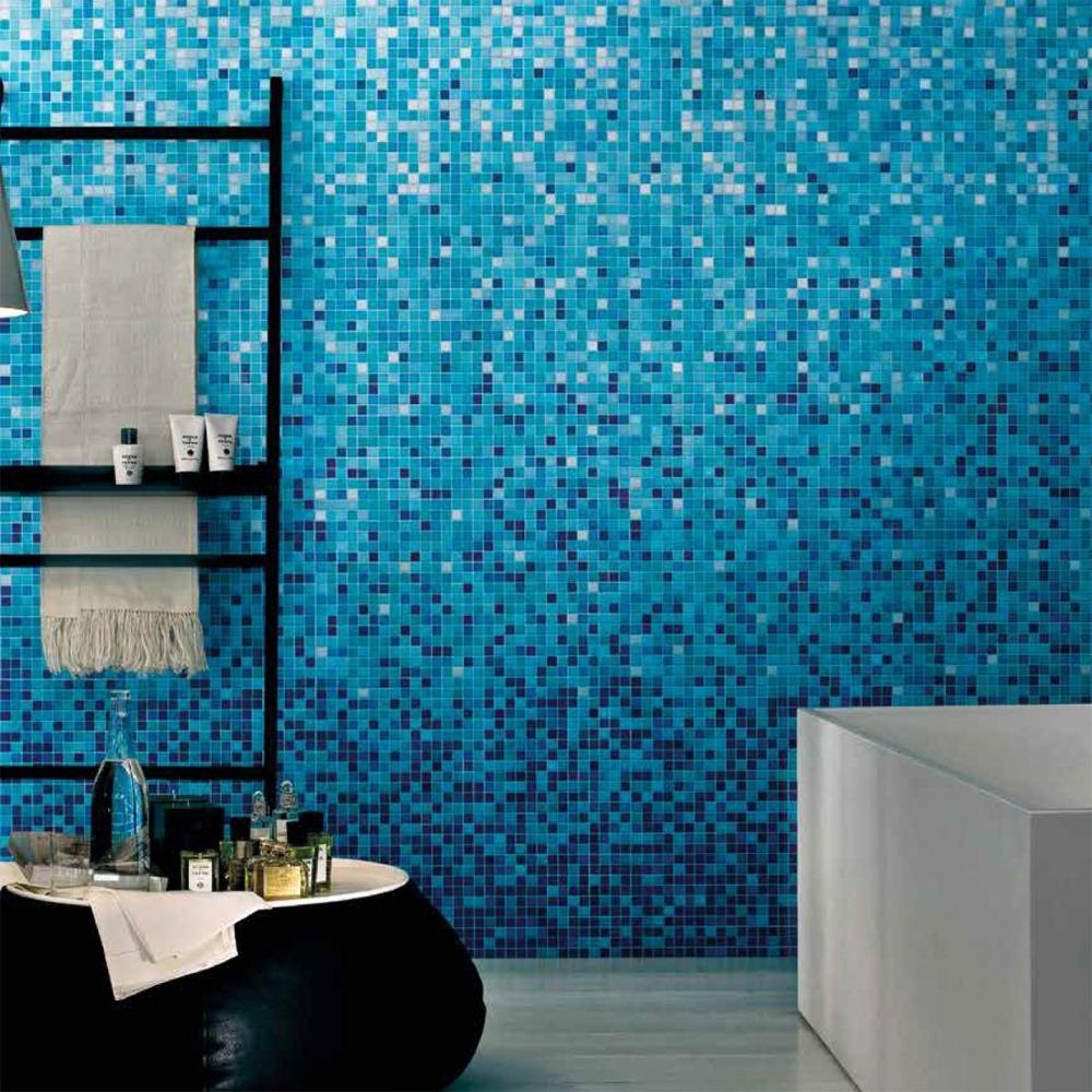 Baie-amenajata-cu-mozaic-sticla-albastru